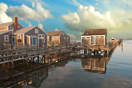 cape cod style: Huizen over Water in Nantucket bij Zonsondergang, Massachusetts, Verenigde Staten Stockfoto