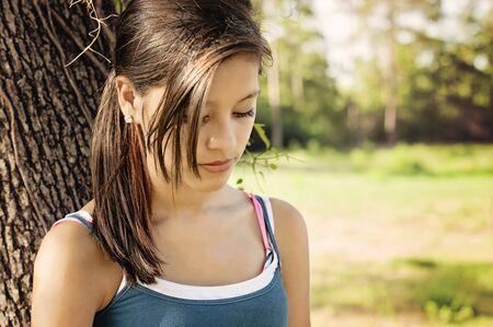 persona pensando: Chica de pensar solo en un parque en Houston, Texas Foto de archivo