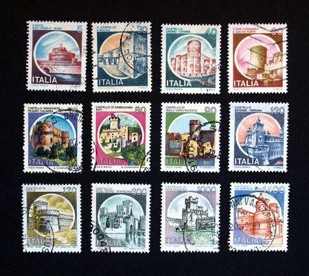 sello postal: Sello italiano con castillos antiguos de Italia Foto de archivo