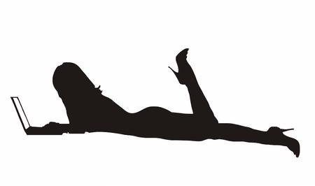 im bett liegen: Silhouette eines langbeinige M�dchens mit flach auf Bett, die Eingabe auf Ihrem Laptop-pc, die isoliert-Vektor-illustration