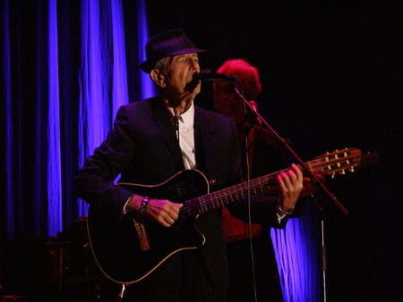FLORENCE, SEPTEMBER 1ST: Leonard Cohen sings in front of a big audience for his only Italian date of the tour in Florence, piazza Santa Croce on September 1st, 2010. 新聞圖片