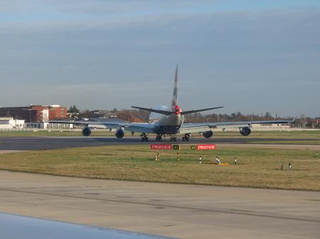 boeing 747: LONDON HEATHROW, UK - CIRCA dicembre 2014: Boeing 747 Jumbo aeromobili di British Airways sulla pista pronto per il decollo Editoriali