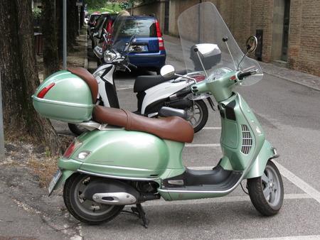 vespa piaggio: TREVISO, ITALIA - CIRCA luglio 2014: verde Vespa moto parcheggiata in una strada