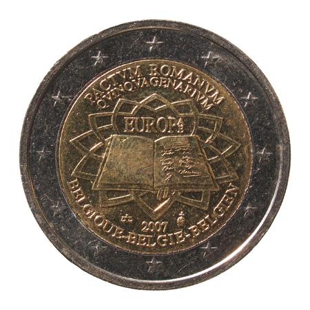 pacto: Conmemorativa de 2 euros monedas (Bélgica 2007 - Pactum Romano Quinquagenarium que significa 50 años de pacto de Roma) aislada sobre fondo blanco