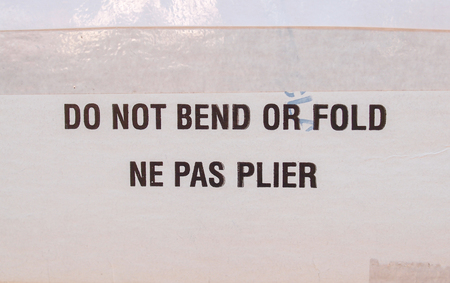 pas: Do not bend or fold - Ne pas plier - warning printed over white folder