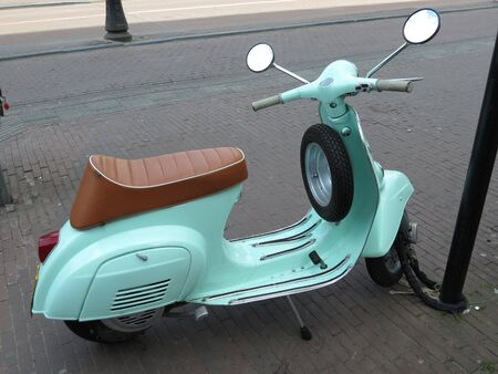 vespa piaggio: VERONA, ITALIA - CIRCA aprile 2013: italiana scooter Vespa risalente al 1960 parcheggiata in strada Editoriali