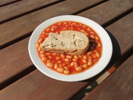 melba: frijoles al horno en salsa de tomate con pan del día anterior