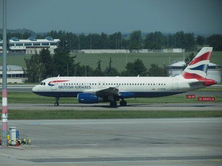 republika: PRAGUE, CZECH REPUBLIC - CIRCA JUNE 2016: British Airways Airbus A320-232 on the runway