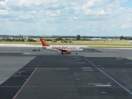 ceska: PRAGUE, CZECH REPUBLIC - CIRCA JULY 2016: Airbus A319 of Easyjet airlines on the runway at Vaclav Havel international airport Editorial