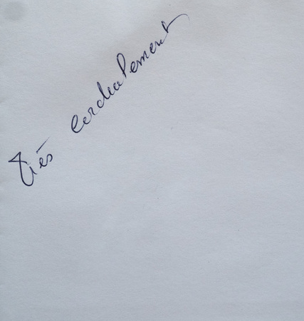 sincerely: Tres cordialement (meaning Yours sincerely) handwritten on white paper