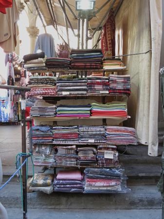 foulards: FIRENZE, ITALIA - CIRCA luglio 2016: sciarpe in mostra al mercato