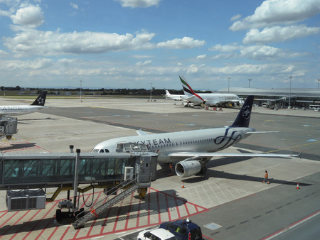 ceska: PRAGUE, CZECH REPUBLIC - CIRCA JULY 2016: Airbus 737 of the Skyteam and world biggest passenger aircraft Airbus A380 of the Emirates airlines at Vaclav Havel international airport