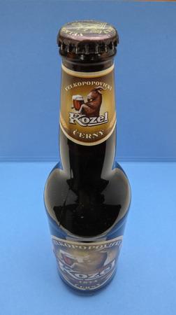 stout: Praga, República Checa - CIRCAMAY 2016: Kozel Cerny (meaninig stout) bombona de cerveza Editorial