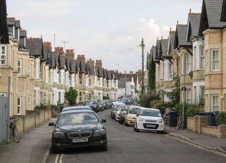 OXFORD, HET UK - CIRCA SEPTEMBER 2016: typische Britse terrasvormige huizen, met auto's die op de straat worden geparkeerd