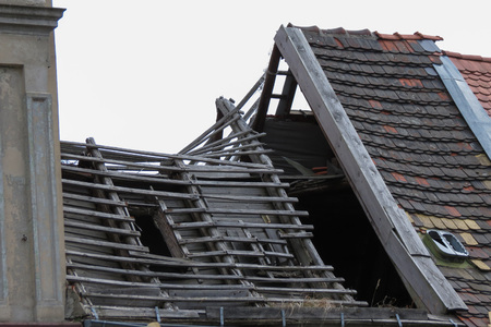 tremor: Ruined house without a roof and walls severely damaged