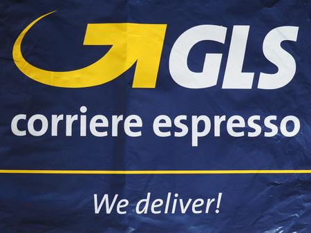 밀라노, 이탈리아 -8 월 2017 : GLS corriere 에스 프레소 (의미 특급 택배) 봉투