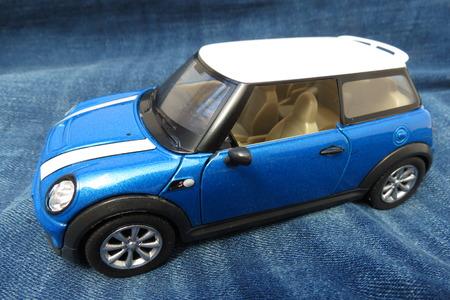 OXFORD, REINO UNIDO - CIRCA OCTUBRE DE 2015: representación miniatura de un coche azul claro de Mini Cooper (versión 2013) con el tejado blanco producido como juguete de los niños en China, circa 2014 Foto de archivo - 89805252