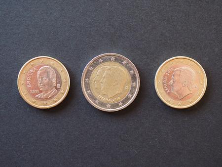 Monete in euro (EUR) dalla Spagna con il ritratto dell'ex re Juan Carlos I e del re Felipe VI (separatamente su monete da 1 euro e con monete da 2 euro)