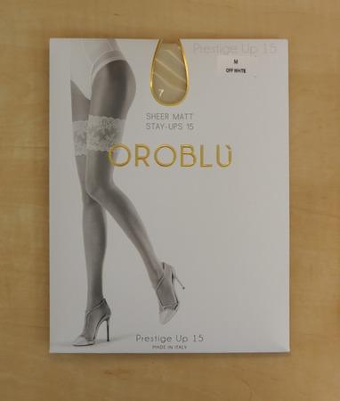 PRAG, TSCHECHISCHE REPUBLIK - CIRCA IM DEZEMBER 2017: Italiener Oroblu Prestige Up 15 halterlose Strumpfwaren auf Anzeige für Verkauf
