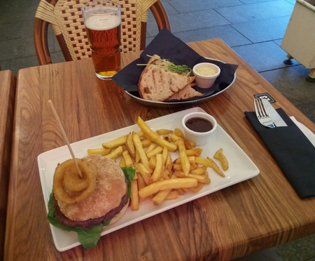 veggie burger and French frieds, with garlic bread are a typical British pub meal Foto de archivo