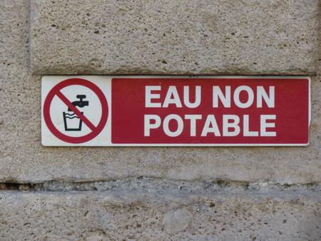 panneau d'avertissement d'eau non potable (ce qui signifie eau non potable) écrit en français Banque d'images