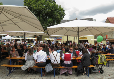 POYSDORF, AUSTRIA - CIRCA JUNE 2018: crowd seated eating at the apricot crop festival 新闻类图片