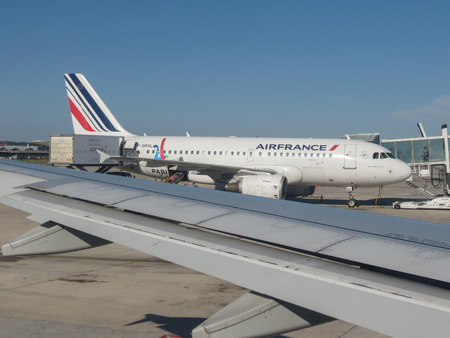 PARIS, FRANCE - CIRCA AUGUST 2018: Air France Airbus A319 during boarding at Charles De Gaulle airport in Paris 新聞圖片