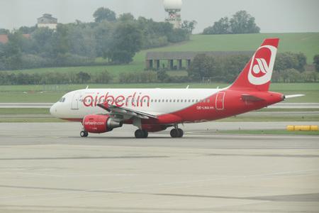 VIENNA SCHWECHAT, Austria - CIRCA OTTOBRE 2015: aerei Airberlin sulla pista