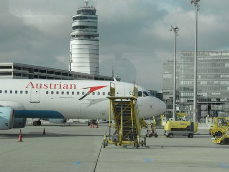 VIENNA SCHWECHAT, AUSTRIA - CIRCA NOVEMBRE 2014: aeromobili Austrian Airlines all'aeroporto