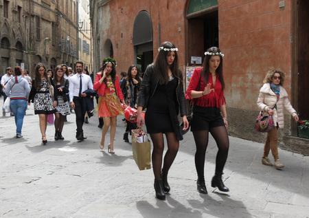 SIENA, ITALIA - CIRCA ABRIL 2016: niñas elegantemente vestidas recién graduadas y celebrando su gol