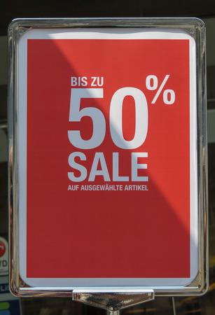 GRAZ, AUSTRIA - CIRCA JULY 2015: sale bis zu 50 percent Redactioneel