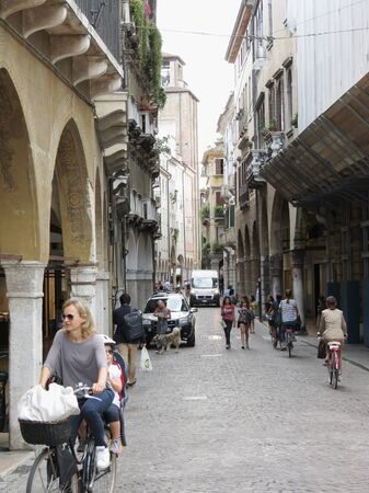 TREVISO, ITALY - CIRCA JULY 2014: street of the city centre with bicyles and pedestrians 新聞圖片