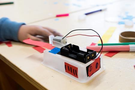 Bouw van kinderroboten. Gekleurde dozen met papierstrips, uitvindingen en creativiteit voor kinderen. Trash Robots, Tinkering en Making, Educatieve Activiteiten voor Scholen en Kinderen