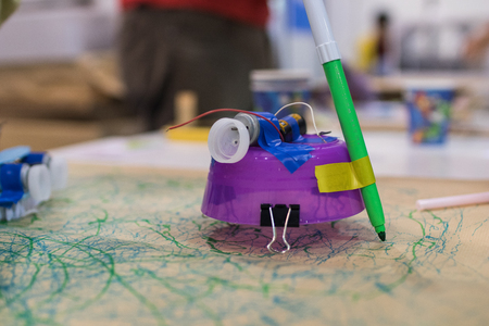 Tinkering trash toys activities. STEAM activity for classroom. Brush with motors, felt-tip pens and batteries, game for children to discover electricity and mechanical movement 免版税图像 - 96302373