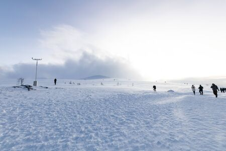 Polar landscape with snow and wind in the mountains. Hiking and snow hiking in the mountains with footprints on the ice and snow. Adventure and excursions in the cold in winter 免版税图像 - 141797590