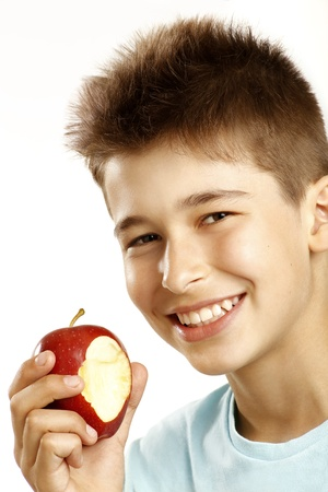 ni�o comer la manzana en blanco photo