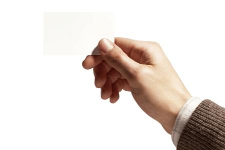 la main d'un homme avec une carte blanche sur fond blanc