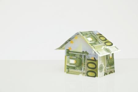 billets euros: maison construction de l'argent sur fond Neutal