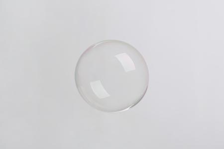 burbuja de jabón sobre fondo neutro