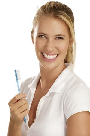 Frau zeigt Zähne Pinsel auf weißem Hintergrund