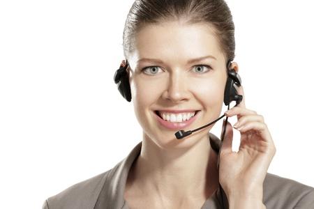 secretaria: mujer joven con auriculares en fondo blanco