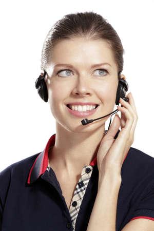 amigas conversando: mujer joven con auriculares en fondo blanco