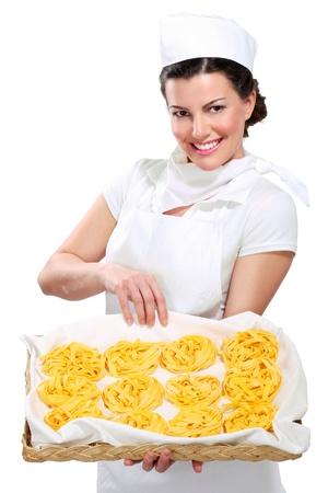 chef italiano: joven y bella mujer mostrando pasta fresca hecha en casa en blanco