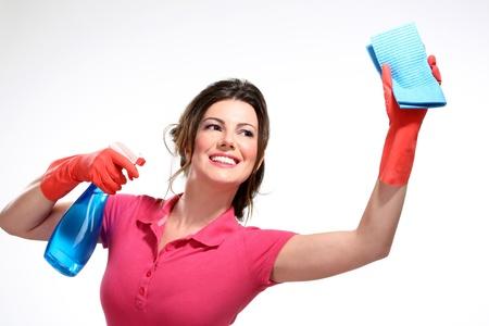 clean home: jonge huisvrouw het schoonmaken op wit