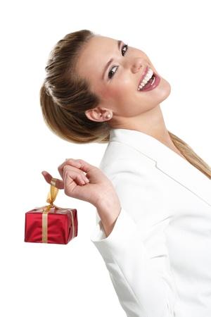 Mujer hermosa joven con un regalo en un fondo blanco
