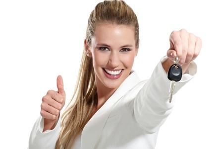 rental: hermosa mujer con un coche llaves en el fondo blanco Foto de archivo