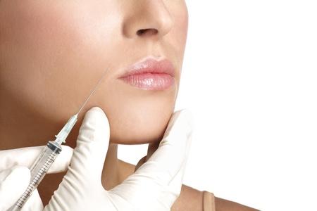 mujer de belleza cerca inyectar tratamiento cosmético