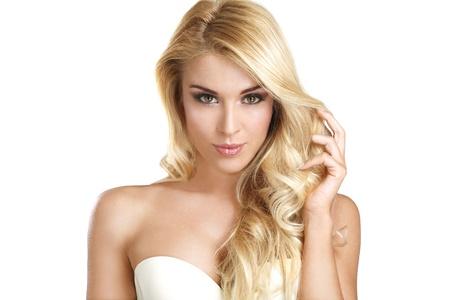 白の彼女のブロンドの髪を示す若い美しい女性