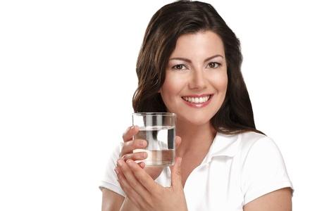 puro: joven y bella mujer bebiendo agua fresca en blanco Foto de archivo