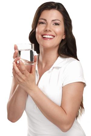 白の新鮮な水を飲む若い美しい女性